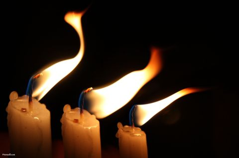 Candles_flame_in_the_wind-other